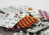 Tři čtvrtiny Čechů mají doma staré léky